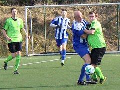 Fotbalisté SK Roudnice (v modrém) porazili Dušníky až po penaltách.