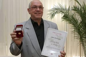 Libor Procházka si včera přišel do obřadní síně Městského úřadu v Lovosicích pro Zlatý kříž 2. stupně  za 120 odběrů krve.