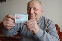 Důchodce Bohuslav Hnát z Litoměřic ukazuje nový občanský průkaz, v němž má zapsáno místo narození Terezín, přestože se narodil v Českých Kopistech.