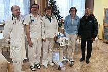 Interní oddělení litoměřické nemocnice dostalo darem mobilní odsávačku