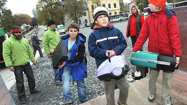 VYSLOUŽILÉ elektrospotřebiče nosili během středečního dopoledne i odpoledne děti, ale i dospělí na roudnické Karlovo náměstí.