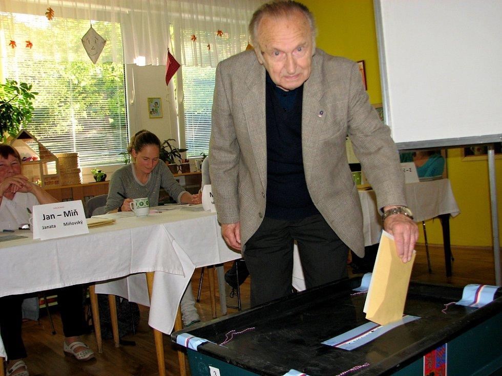 Svou občanskou povinnost neopomenul splnit uznávaný vědec Jiří Čejka.
