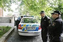 Policisté u litoměřického gymnázia.