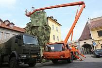 KRÁSNĚJŠÍM MĚSTEM mají být Litoměřice kvůli příjezdu ministrů obrany Visegrádské čtyřky. Lešení vedle gotického hradu proto muselo zmizet. Na jeho místě teď vyrostlo khaki monstrum, které má nevzhledné lešení zakrývat.