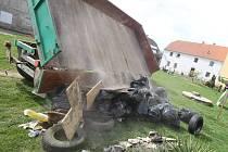 Starosta sousední obce našel cizí odpad na nelegální skládce a převezl ho jeho vlastníkovi zpátky před dům.