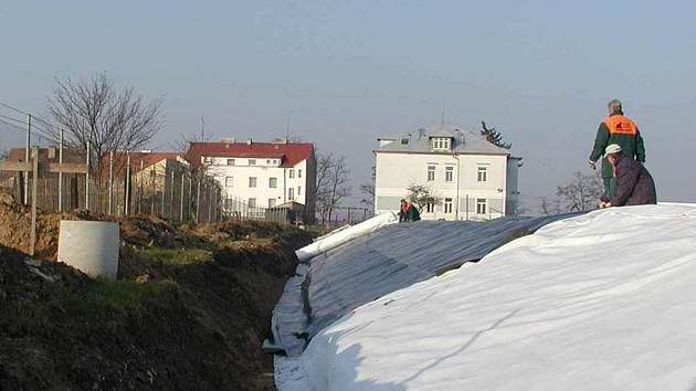 Schoeller staví protipovodňový val a zeď