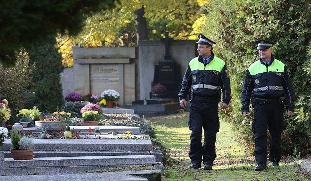 MĚSTŠTÍ POLICISTÉ vLitoměřicích vyrazili na obhlídku hřbitova také vpondělí.