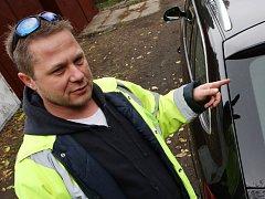 Obyvatelé Lovosic si stěžují na poškozený lak u automobilů parkujících v blízkosti areálu Lovochemie. Spad neznámé látky při dešti poleptal lak na karosériích vozidel.
