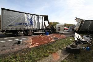 Nehoda kamionů na dálnici D8 u Dušníků