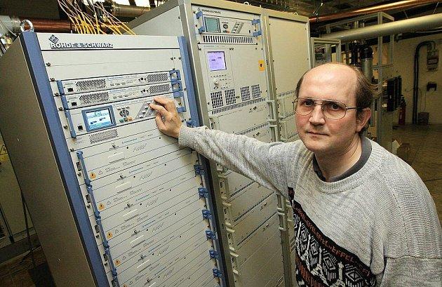 TECHNICI připravili zařízení na vysílači Buková hora ke spuštění digitálního vysílání již před časem. Na snímku servisní technik Bohumil Kinzel chystá přeladění nového digitálního vysílače,který nahradí analogový.