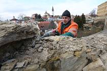 Odborná firma začala v pondělí 8. března s opravou poškozených schodů v historickém opevnění města.