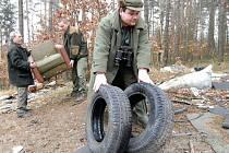 Již mnohokrát myslivci i obec uklízeli černou skládku, ale každý den se situace opakuje a v lese se objevují další poklady.