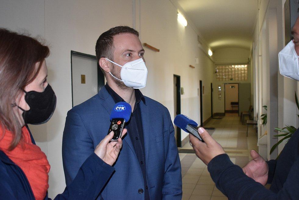 Státní zástupce Jan Veselý v rozhovoru s novináři na chodbě soudu.