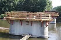Stavba nového břežanského mostu přes Ohři jde podle plánu. Nízký stav hladiny řeky stavbařům pomáhá