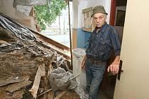 SUTINY DOMU Miloslava Srby teď dominují ulici Horní Dubina v Litoměřicích. Pohled na rozpadlý dům přiblíží neštěstí člověka, kterému se před jeho zrakem sesypal domov doslova jako domeček z karet. Kdy mu jeho příbytek opraví, zatím není jisté.