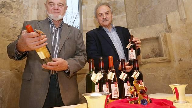 KRÁLOVSKOU KOLEKCI VÍN včera v litoměřickém hradu představil předseda Cechu českých vinařů Jiří Čábelka (na snímku vlevo) a starosta Litoměřic Ladislav Chlupáč.