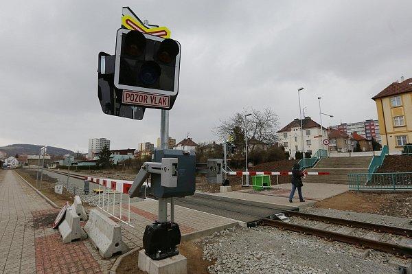 PŘECHOD PRO PĚŠÍ PŘES KOLEJIŠTĚ na horním vlakovém nádraží vLitoměřicích lidé vpodstatě nepřestali využívat. Oficiálně je na něj však vstup zakázán. Včetně světelného zabezpečovacího zařízení má být vprovozu až od tohoto čtvrtka 24.března.