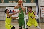 Basketbalové utkání Litoměřice a Liberec, I. liga 2019/2020. Jan Dvořáček a Jakub Zbroj opět u Filipa Kroutila