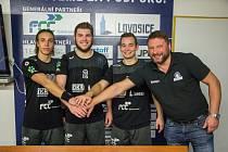 Ředitel Lovosic Vojtěch Srba (vpravo) se dohodl s hráči na nových smlouvách.