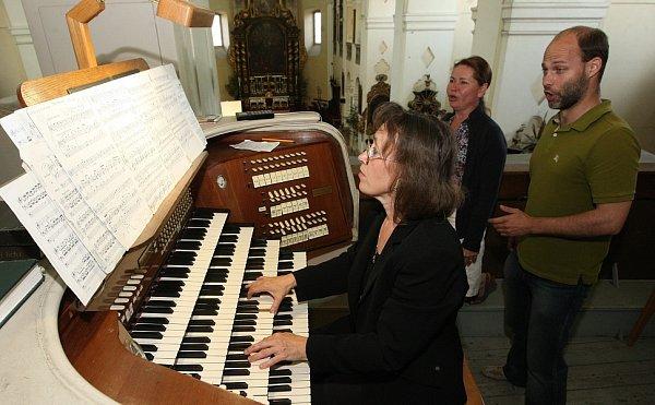 Varhanní léto prvním koncertem zahájila varhanice Markéta Hejsková Šmejkalová. Aspolu sní se na zahajovacím koncertě představili pěvci Martina Bauerová a Ondřej Socha.