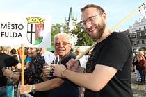 Historik Filip Hrbek a Otto Gruss z Freundeskreisu Fulda - Leitmeritz na městských slavnostech v Litoměřicích.