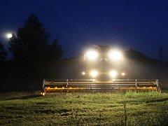 Zemědělci z Klapého na Lovosicku finišují se sklizní obilí. To sekají i v noci, dokud to vlhkost zrna dovolí.