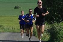 KOPEC. Při Kocourovském triatlonu nechyběla ani stoupání, ve kterých se účastníci zapotili.