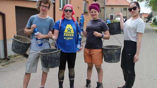 Parta dobrovolníků pracovala na polích Svobodného statku také v loňském roce.