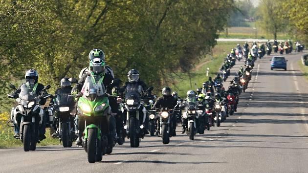 Téměř čtyři stovky motorkářů projely za dozoru dopravní policie Litoměřickem.