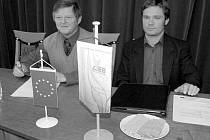 V čele stolu během zahájení workshopu seděli třebívlický starosta Josef Seifert (vlevo) a Henry Seifert z Německa