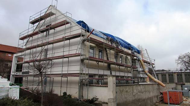 Po rekonstrukci budovy zdravotního střediska v Brozanech vzniknou v objektu nové sociální byty. Stávající ordinace praktického a zubního lékaře v objektu i nadále zůstanou.