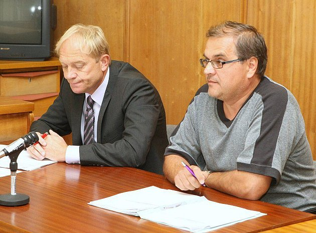 JAN HORNÍČEK (vpravo) u soudu.