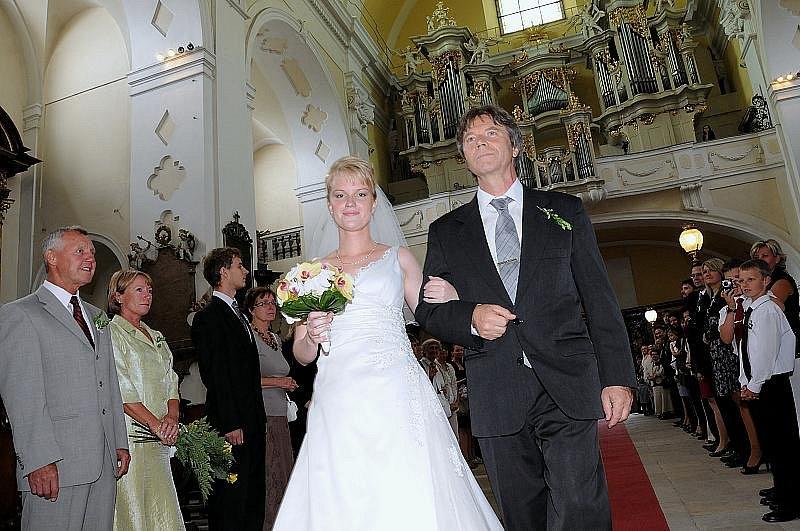 SVATBA PŘED OLTÁŘEM zavazuje snoubence k doživotní lásce a úctě. Zvláště v dnešní době rozvodů má vysoký kredit.