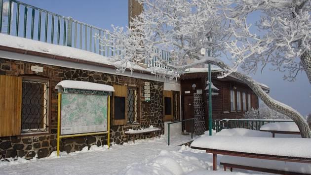 Turistická chata na Lovoši má po dlouhých letech nové nájemce.