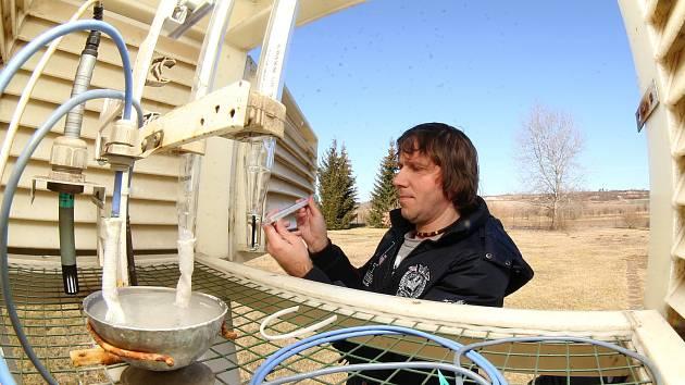 Pozorovatel Jiří Novák z doksanské observatoře ČHMÚ měří teplotu jak elektronicky, tak na rtuťovém teploměru.