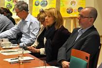 Obhajoba kvality veřejné správy probíhala v hradu před členy pracovní skupiny Rady vlády pro udržitelný rozvoj, zástupci ministerstev a Národní sítě Zdravých měst.