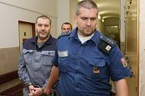 Litoměřický soudce Vlastimil Nedvěd v pátek 15.8. ráno vynesl rozsudek, podle kterého by mohl litoměřickou věznici opustit bývalý chomutovský senátor Alexandr Novák. Na svobodu ale zatím nepůjde.