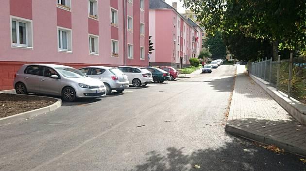 NOVĚ. Kromě povrchu vozovky byly rekonstruovány chodníky, veřejné osvětlení, kanalizace, svod dešťové vody. Došlo také k úpravě parkovacích míst, kterých několik nově přibylo.