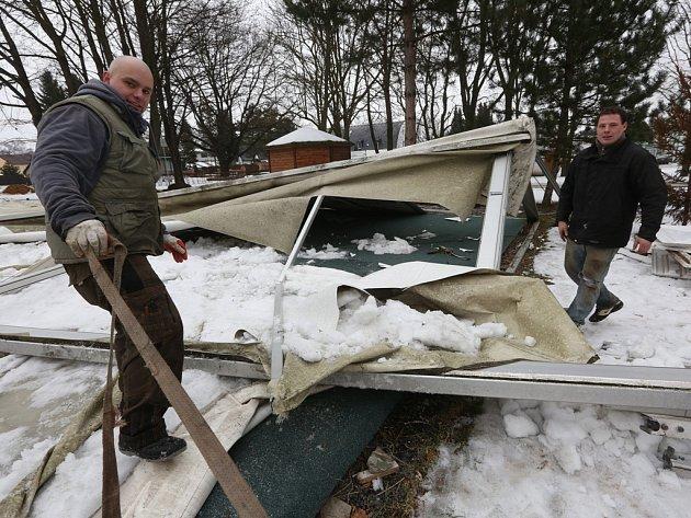 Pavilon S na výstavišti Zahrada Čech v Litoměřicích, který se před několika dny zřítil pod váhou sněhu, o víkendu odstranila soukromá firma.