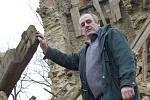 Zřícení historické zvonice v Mukařově na Litoměřicku 3. prosince 2002. Foto je pořízeno jen pár hodin po zřícení stavby, kdy se starosta Lovečkovic s dělníky snažil zachránit ze sutin zvon.