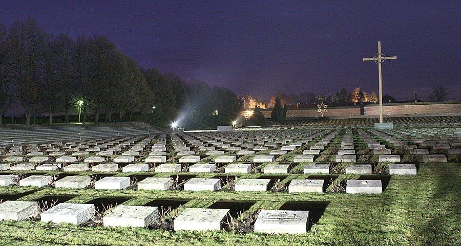 Národní hřbitov v Terezíně je osvětlen.