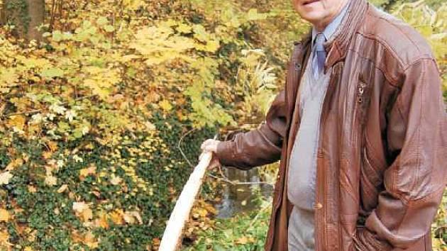 Starosta Třebívlic Josef Seifert ukazuje zbytek skáceného stromu na podmáčené hrázi, která hrozí  protržením. Její oprava bude probíhat až do příštího roku