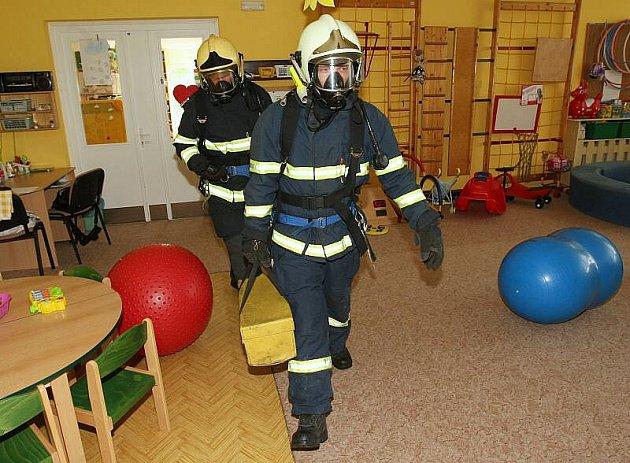 Cvičení hasičů v MŠ Revoluční v Litoměřicích.