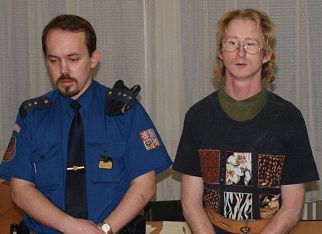 VERDIKT SOUDU za zabití devětasedmdesátiletého muže si Pavel Závorka (na snímku) vyslechl u ústeckého krajského soudu ve čtvrtek. Proti jeho rozhodnutí se ihned odvolal.