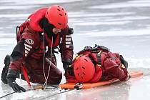 Výcvik hasičů na záchranu tonoucího, který se propadl v ledu do vody, se konal ve čtvrtek 4. února na jezeru Chmelař v Úštěku