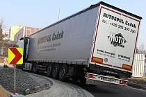 Fotoreportér Deníku na snímcích zachytil, jak si na místě nyní vedl jeden z řidičů kamionů.
