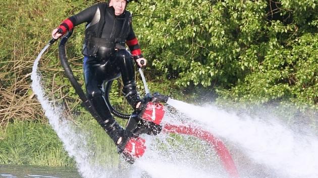 Flyboarding na jezeře v Píšťanech.
