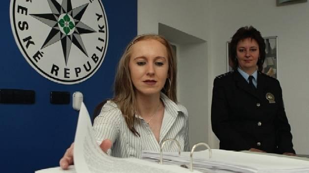 VŠE JE PŘIPRAVENO. V recepci zrekonstruované policejní služebny v Lovosicích bude nápomocna občanům, kteří si sem přijdou vyřídit své záležitosti, Lada Havlíčková.