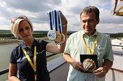 Na MS v rychlostní kanoistice je všechno připravené. V pondělí dorazily i medaile pro vítěze, které nám ukazala Martina Kučerová z tiskového střediska.