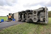 Mezi obcemi Chodouny a Polepy havaroval kamion. Podle řidiče auto sfoukl vítr na krajnici